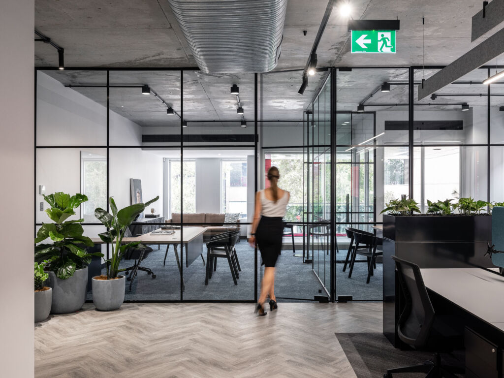 #zaviecreative #interiordesign #commercialdesign #officedesign #workplacedesign #workspacedesign #privateofficedesign #glasspartition #functionalspaces #industrialofficedesign